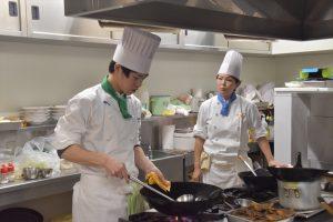 厨房調理風景